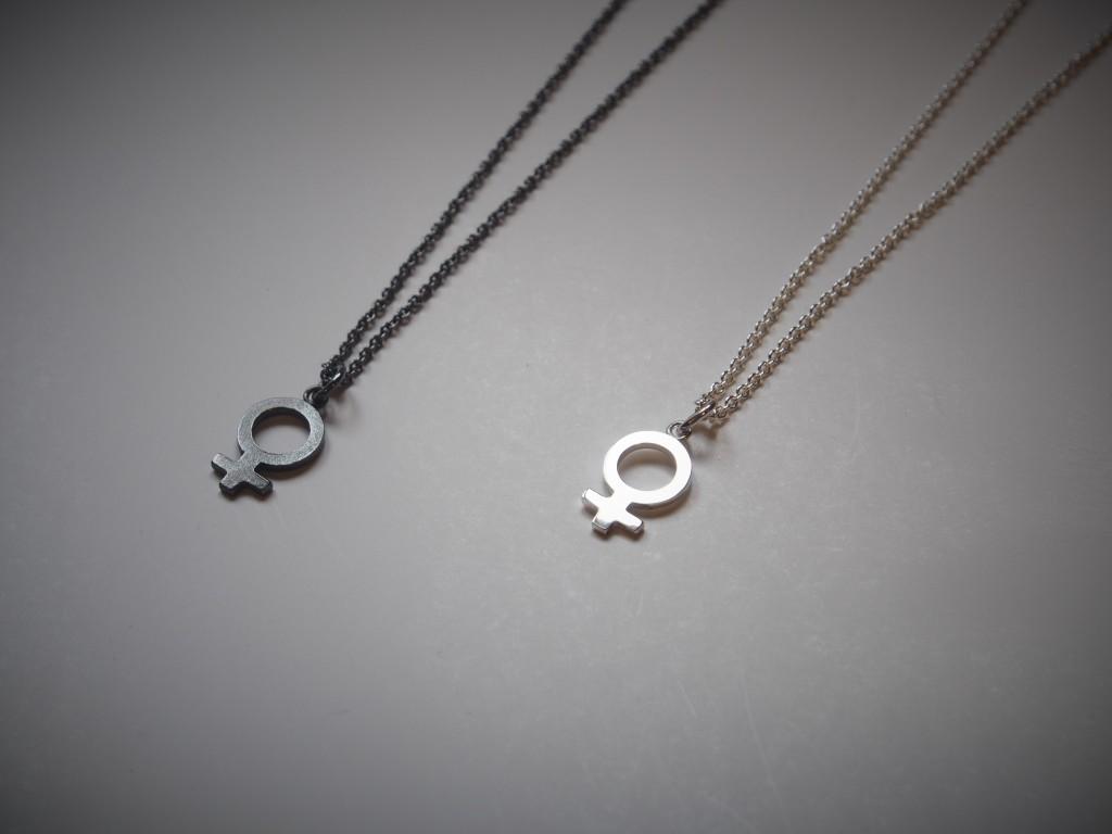 Kvinnotecken i silver, halsband.